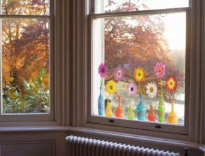 Naljepnica za prozor sa 8 šarenih vaza, u svakoj je po jedan gerber druge boje